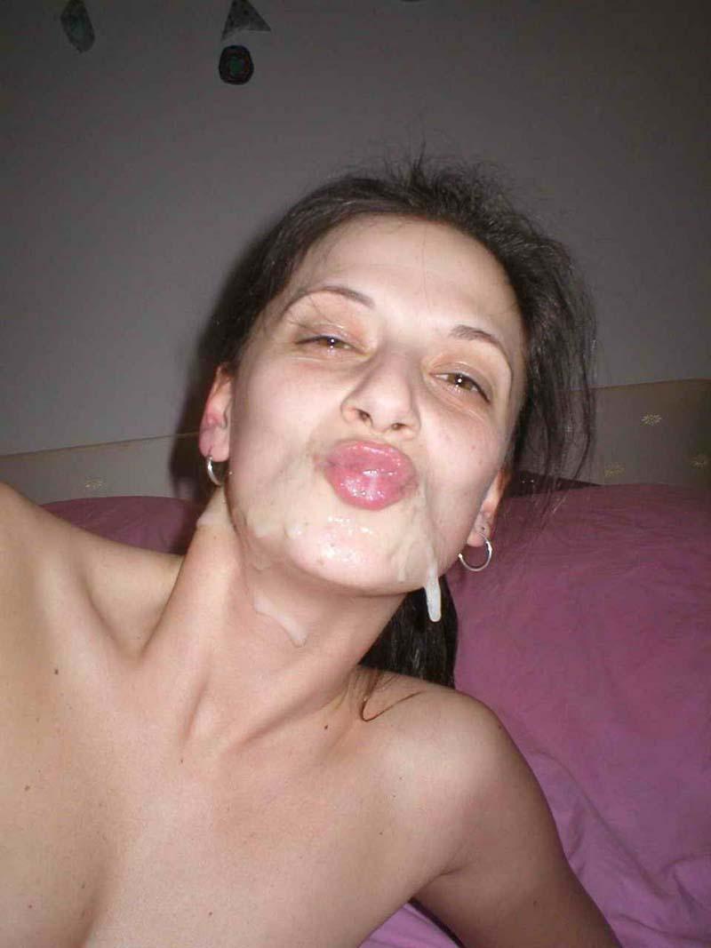 elle se met des doigts dans le cul pendant que grosse bite la penetre