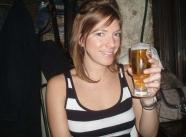 Boit une bière - Couple amateur
