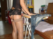Amatrice fait le repassage en lingerie - Femme mariée