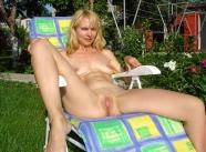 Blonde exhibe sa vulve