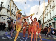 Manifestation nue dans la rue