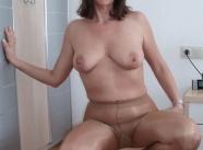 Vieille cochonne - Femme en collants