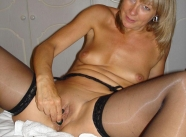Masturbation en bas nylon - Vieille salope blonde