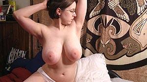 Fille gros seins naturels lourds et laiteux